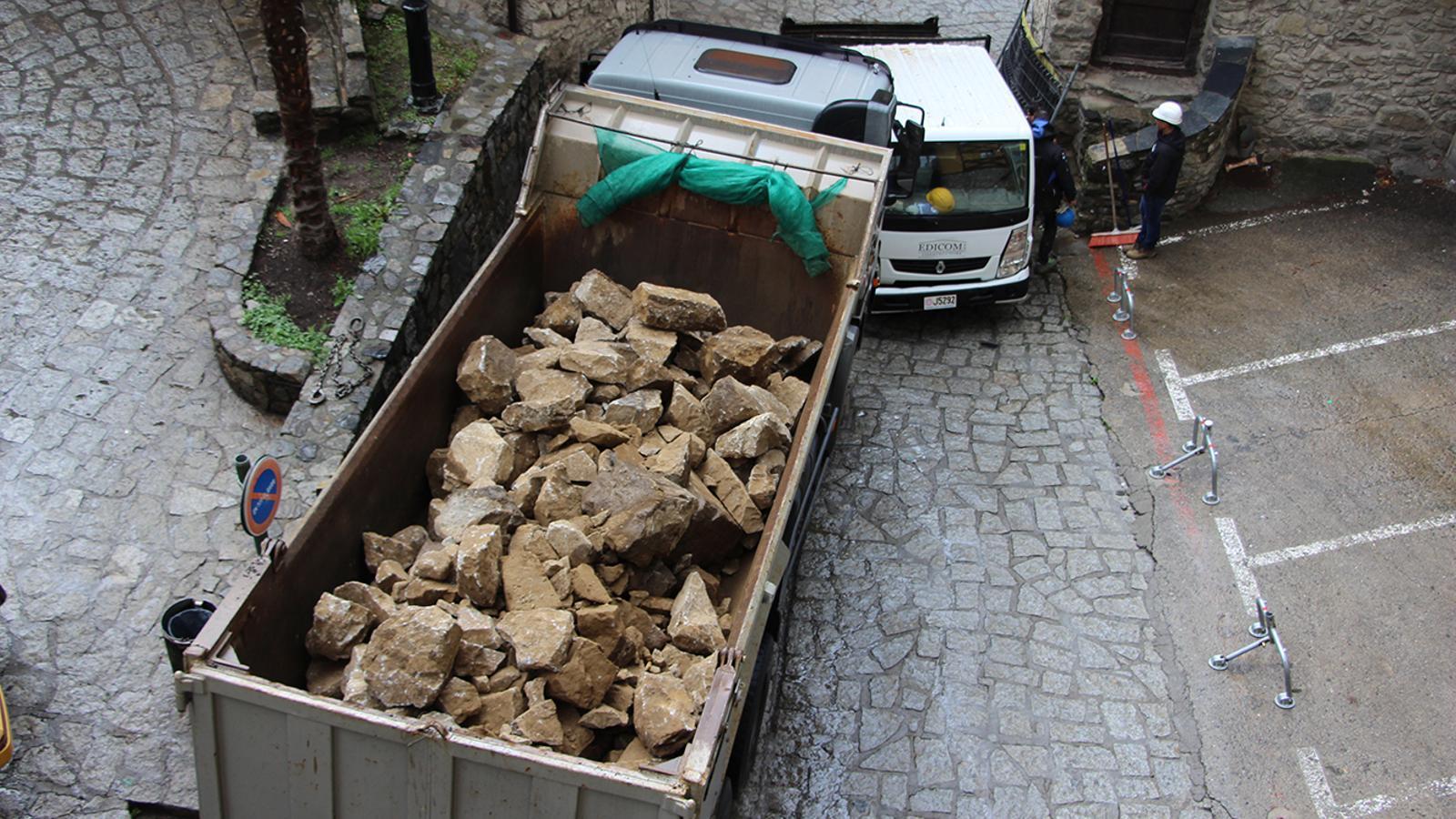 Una obra a ple rendiment al centre d'Andorra la Vella, aquest dilluns. / A. B.
