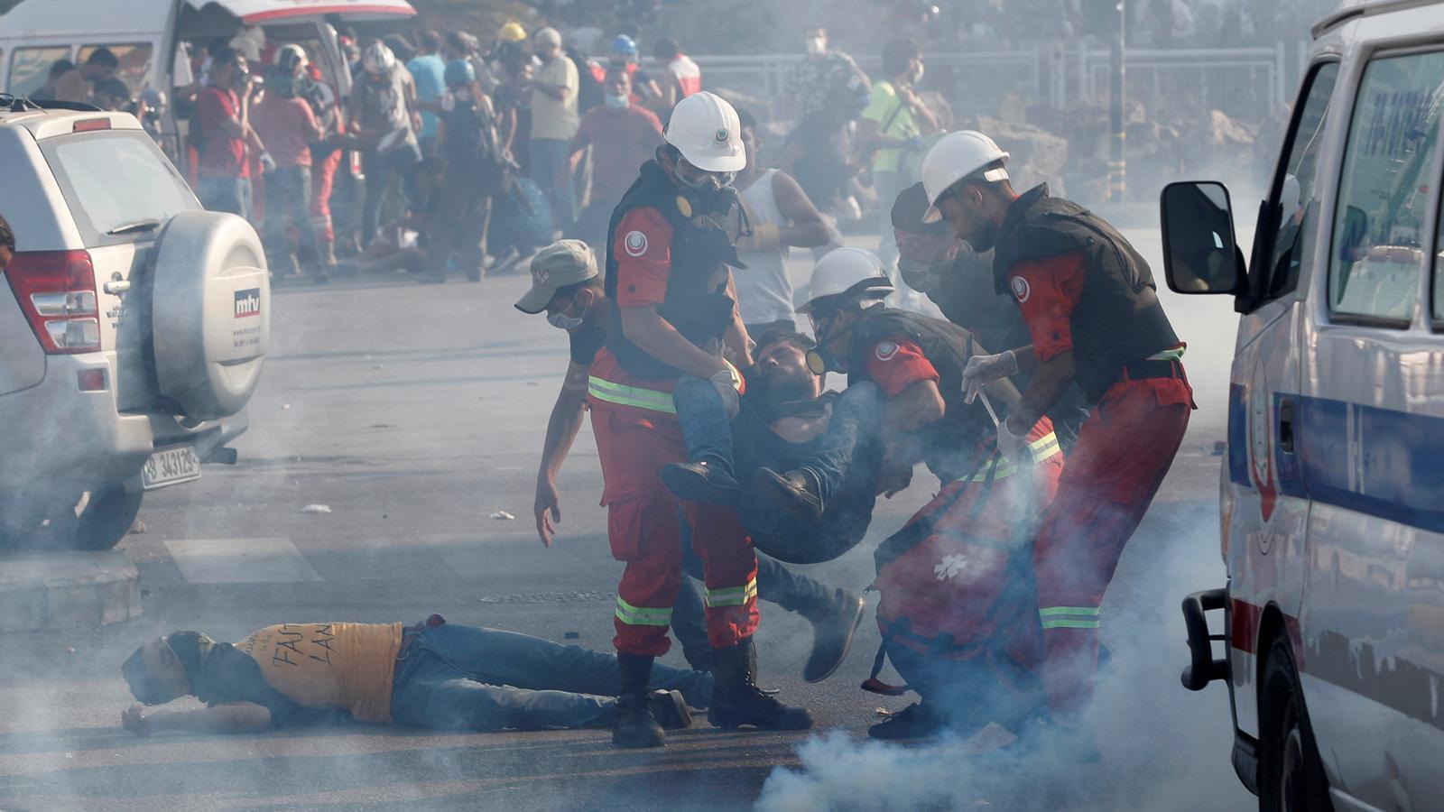 Un manifestat ferit és evacuat durant les protestes d'aquest dissabte  a Beirut.