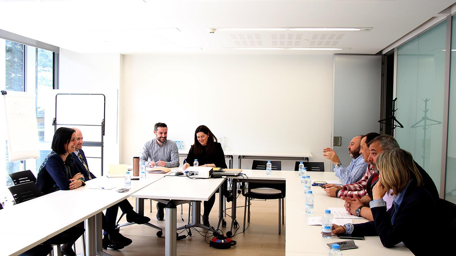Un moment de la trobada entre els representants dels sindicats amb els consellers demòcrates Marc Ballestà, Sofia Garrallà, Maria Martisella i Carles Jordana. / M. F. (ANA)