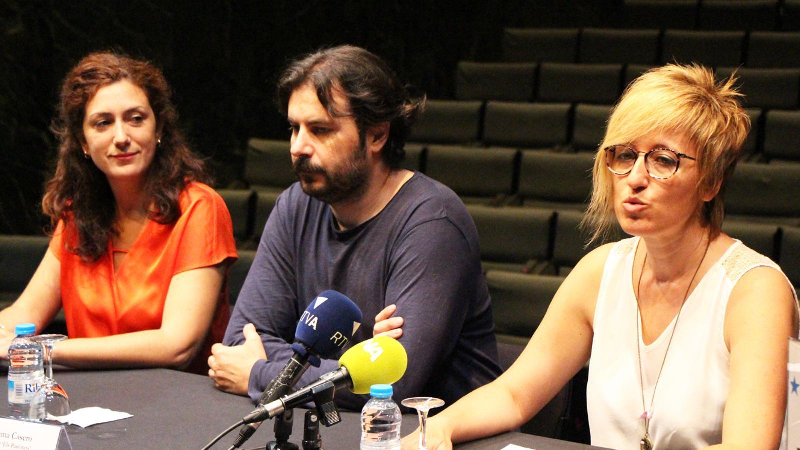 De esquerra a dreta, l'ajudant de direcció Irina Robles, el director Juanma Casero i la cap de Cultura Elisenda Palomares. / M. P. (ANA)
