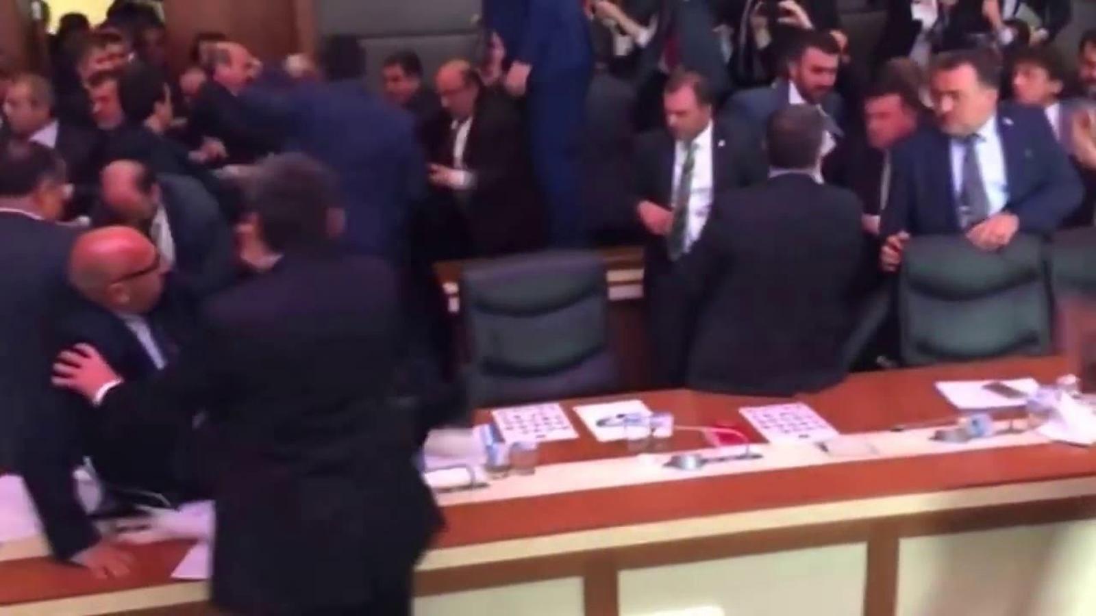 Batalla campal al parlament turc