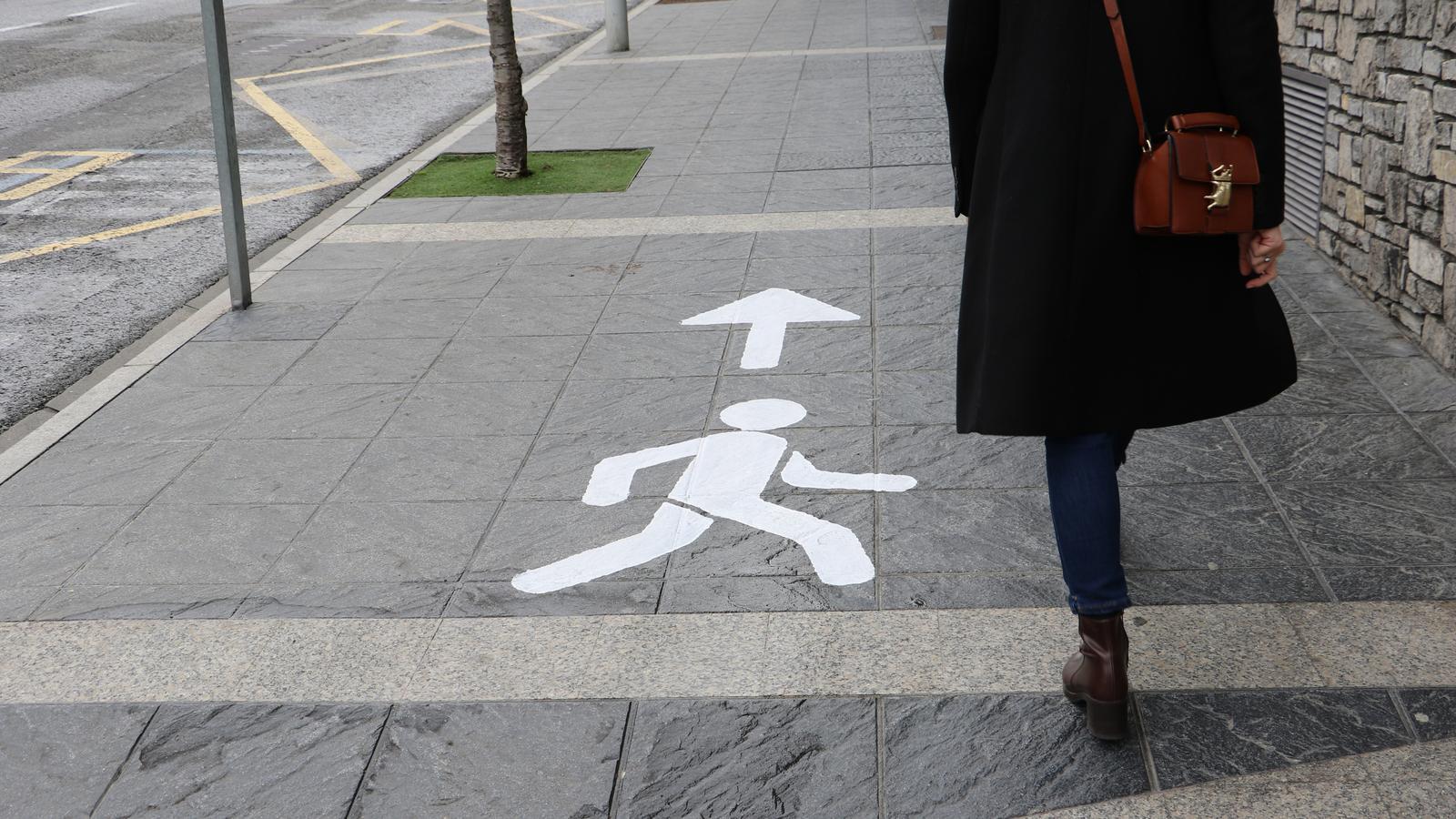 Una senyalització que indica la direcció correcta per caminar. / A. M.