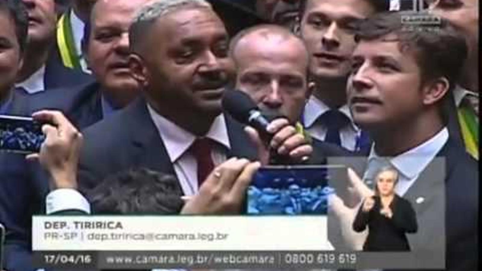 El vot que marca la diferència: Al diputat Tiririca li ha tocat el vot que ha determinat l'aprovació de l'impeachment de Rousseff al Congrés