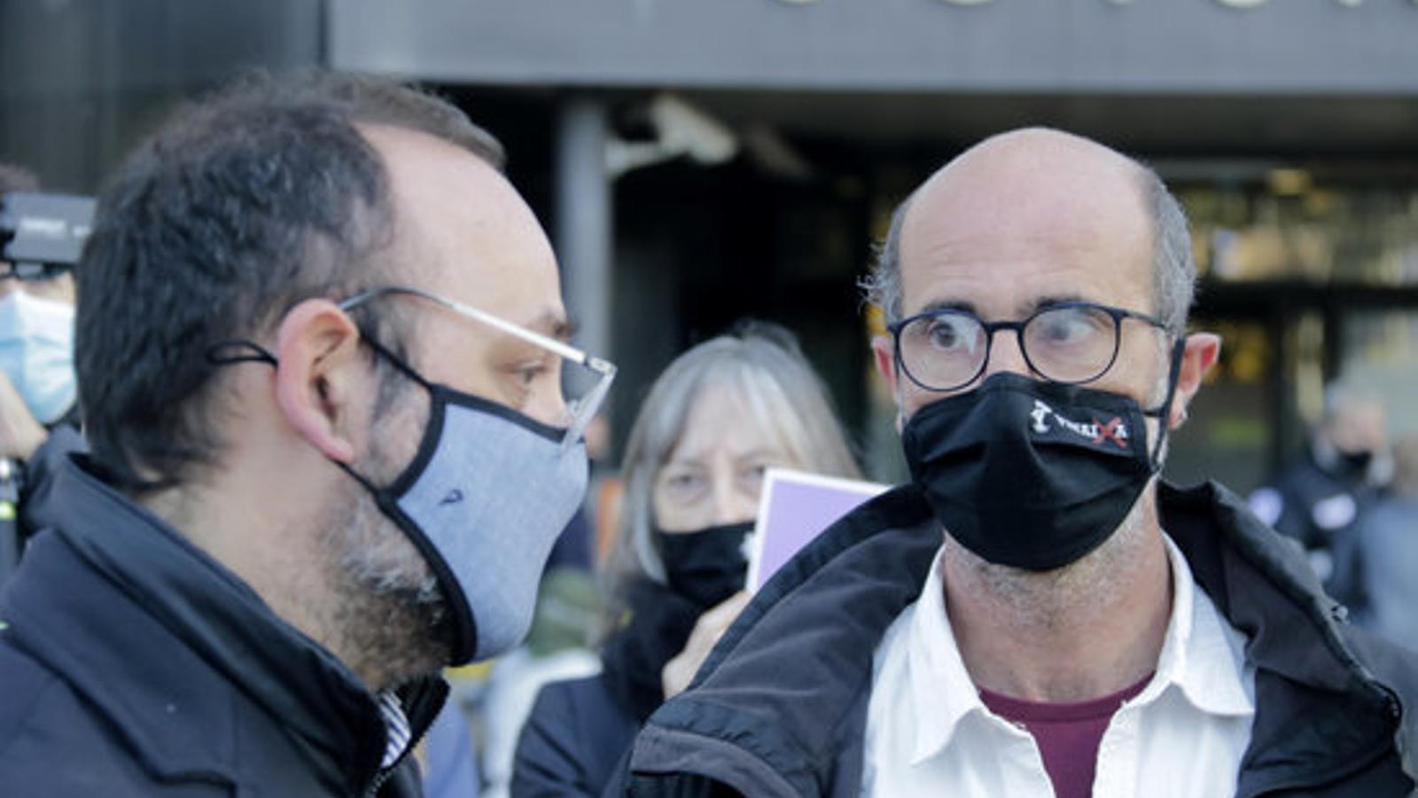 Joan Jubany, a la dreta, parlant amb l'advocat de la família, Benet Salellas
