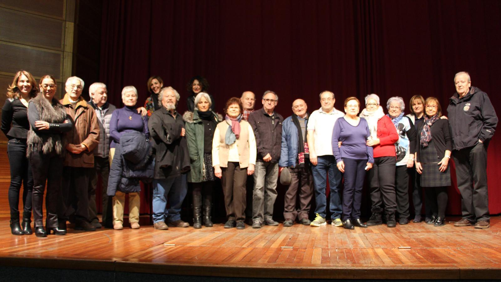 Els guanyadors del sorteig del viatge a Lalín amb la cònsol major i la consellera de Gent Gran del comú escaldenc. / L. M. (ANA)
