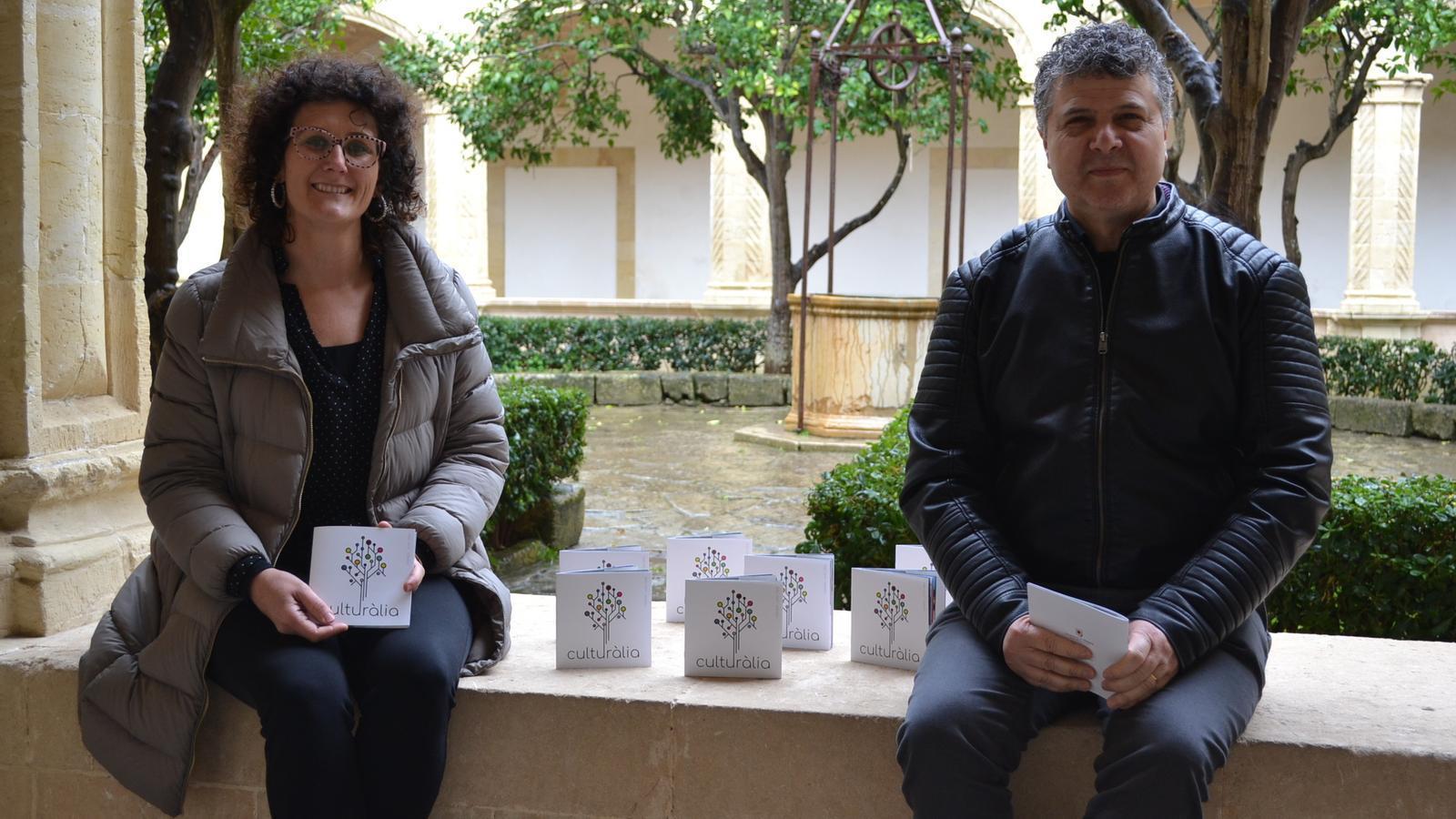 La regidora de Cultura, Antònia Llodrà, i el tècnic Llorenç Carreras, durant la presentació de Culturàlia.
