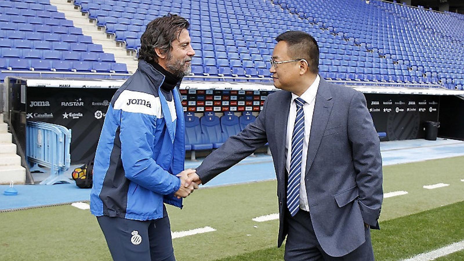 Chen Yansheng, president de l'Espanyol, saludant Quique Sánchez Flores, entrenador de l'equip blanc-i-blau.