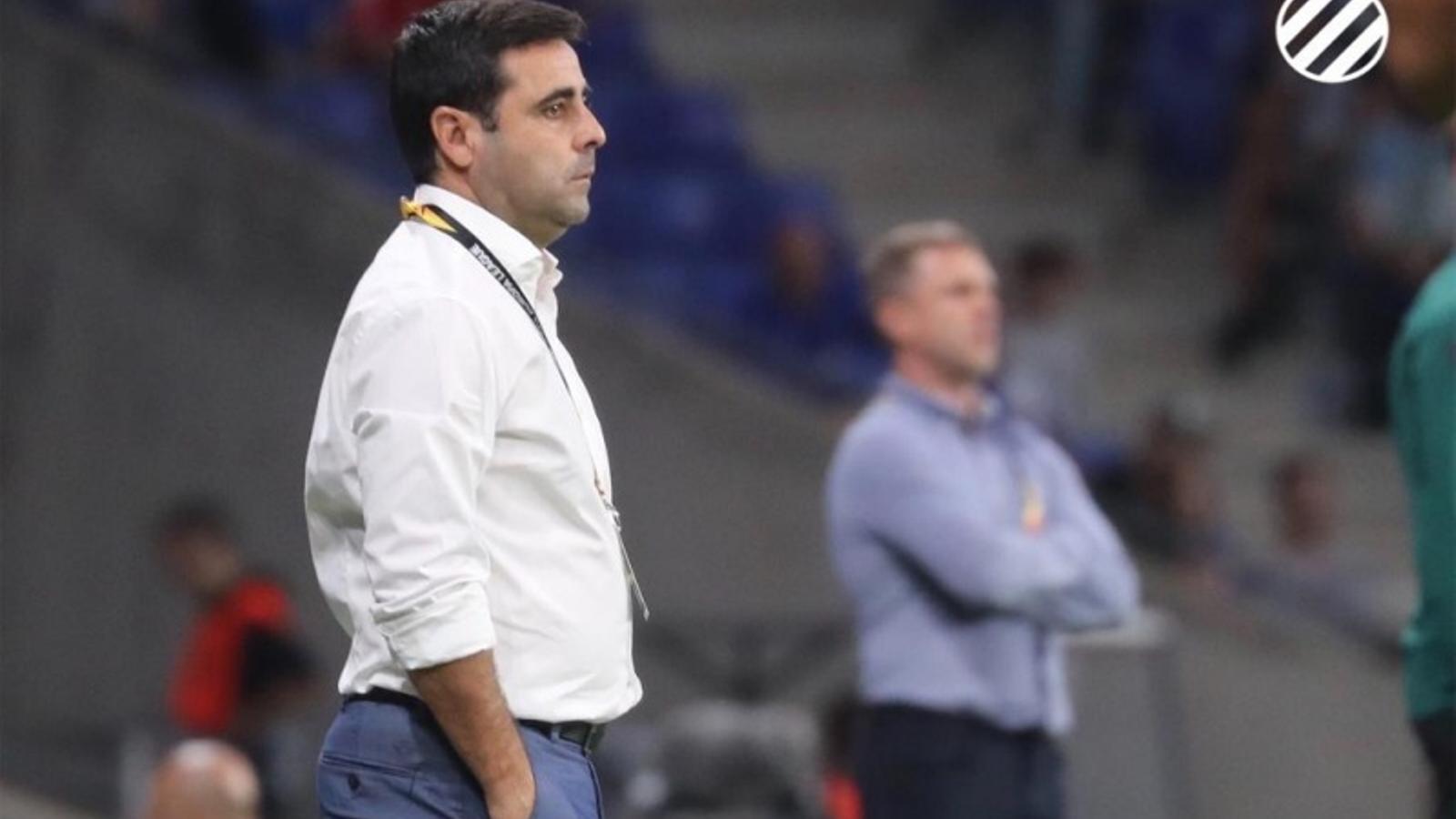 David Gallego observa des de la banda el partit de l'Espanyol davant del Ferencváros