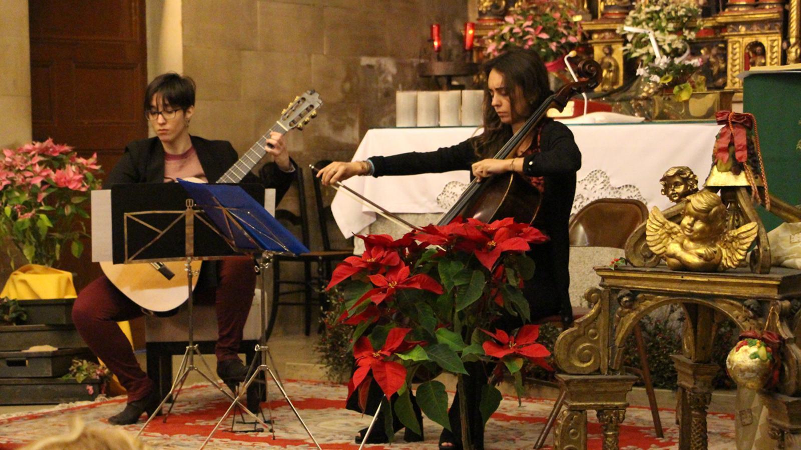 Un moment del concert de la violoncel·lista andorrana Carolina Bartumeu i la guitarrista espanyola Silvia Nogales celebrat aquest diumenge. / M. P. (ANA)