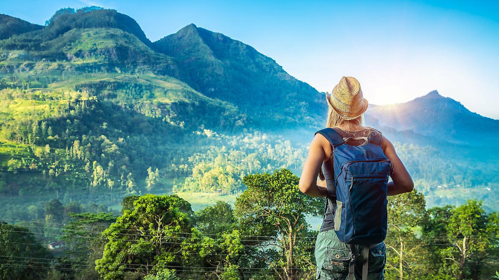 Una viatgera admirant el paisatge a Sri Lanka.