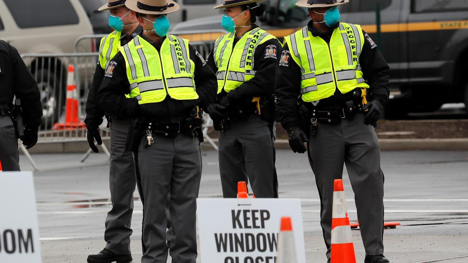 Un grup de policies vigilant un centre sanitari als Estats Units en plena epidèmia del coronavirus
