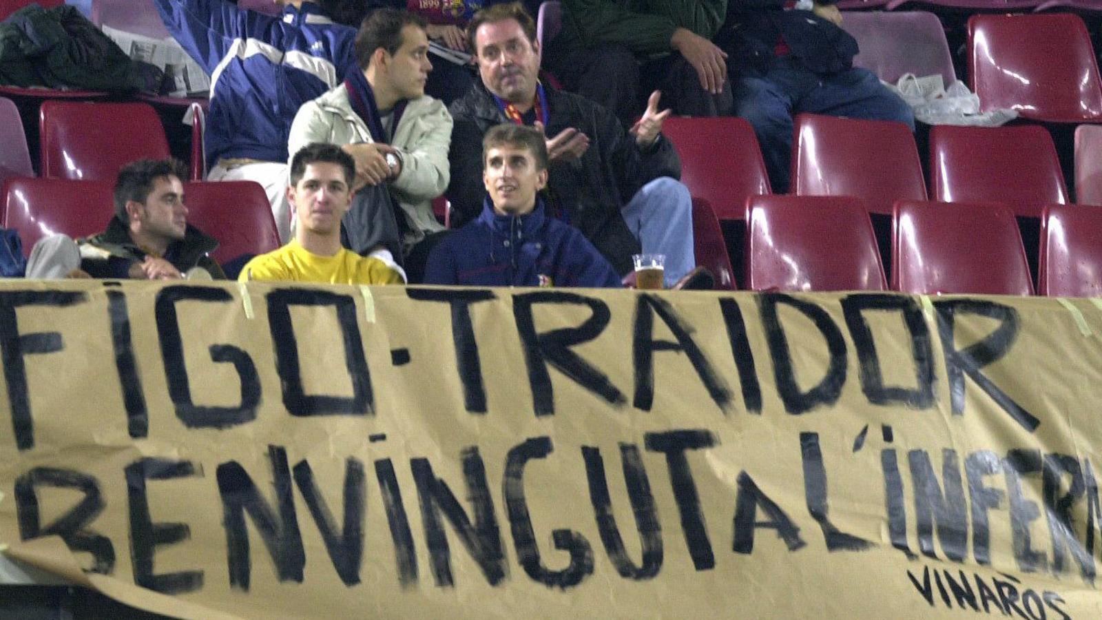 Pancarta contra Figo en el seu retorn al Camp Nou