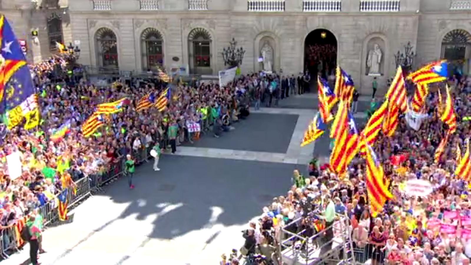 Els alcaldes a la plaça Sant Jaume després de ser amenaçats per col·laborar amb l'1-O