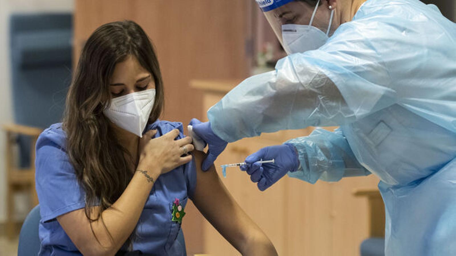 Un total de 3.859 illencs ja s'han vacunat contra el coronavirus