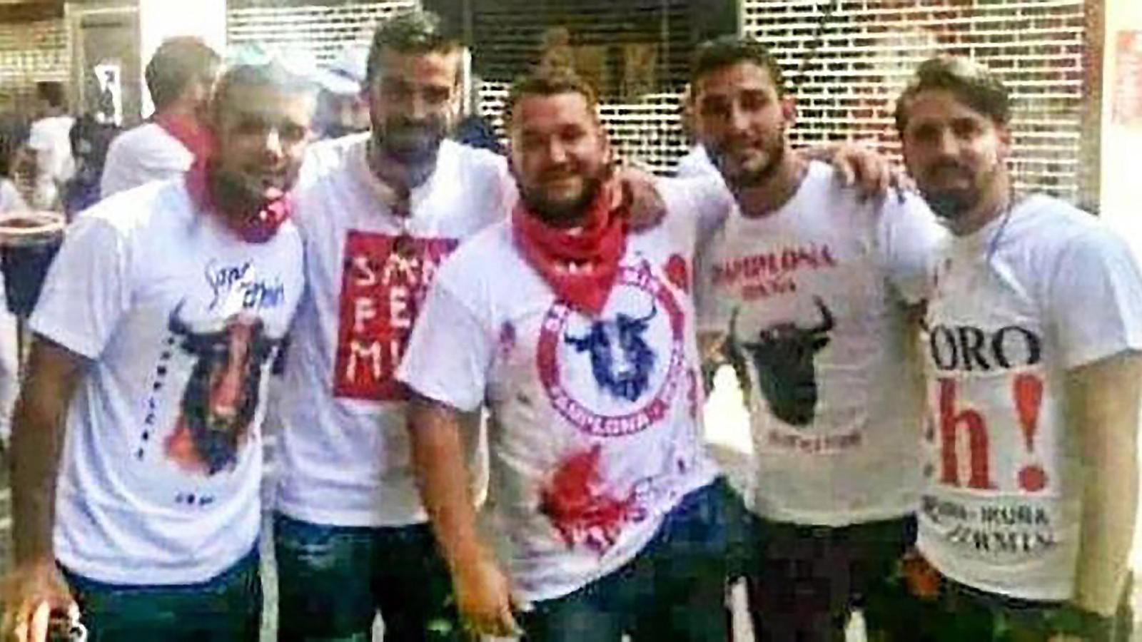 Cinc dels nois de la Manada, un dels quals és guàrdia civil i un altre militar de l'exèrcit espanyol, durant la seva estada a Pamplona el 2016 pels Sanfermines, quan es van produir els fets.