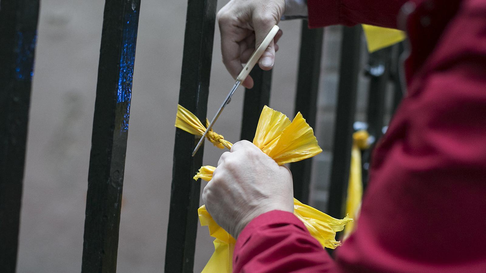 Competició entre el PP i Cs per retirar llaços grocs i estelades