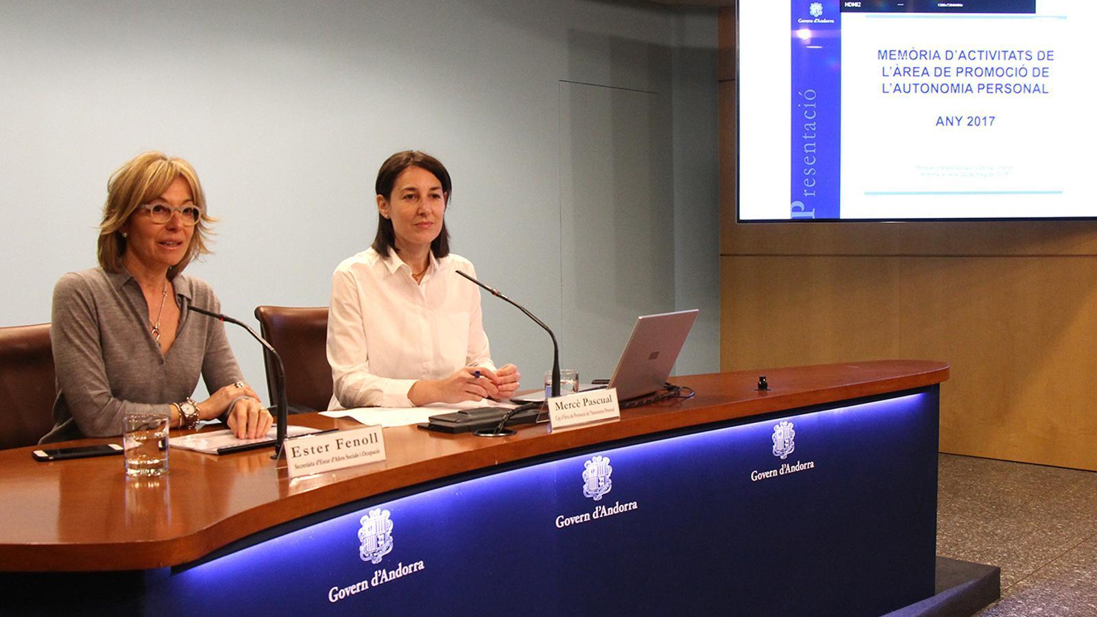 La secretària d'Estat d'Afers Socials i Ocupació, Ester Fenoll, i la coordinadora d'Afers Socials, Mercè Pascual, durant la roda de premsa en què han facilitat les dades corresponents al 2017 de l'àrea de Promoció de l'Autonomia Personal. / M. F. (ANA)