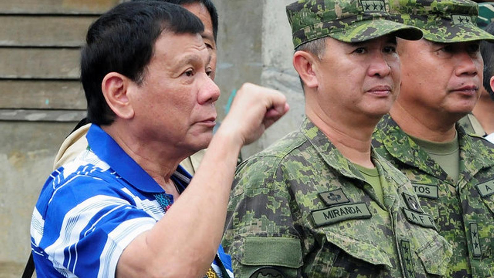 Duterte, amb el puny en alt en una visita a una caserna militar al sud de les Filipines.