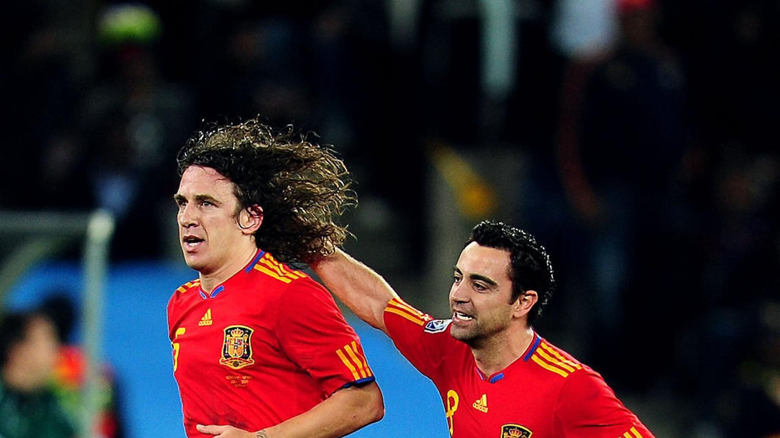 Carles Puyol i Xavi Hernández, exjugadors del Barça, a la semifinal contra Alemanya del Mundial del 2010.