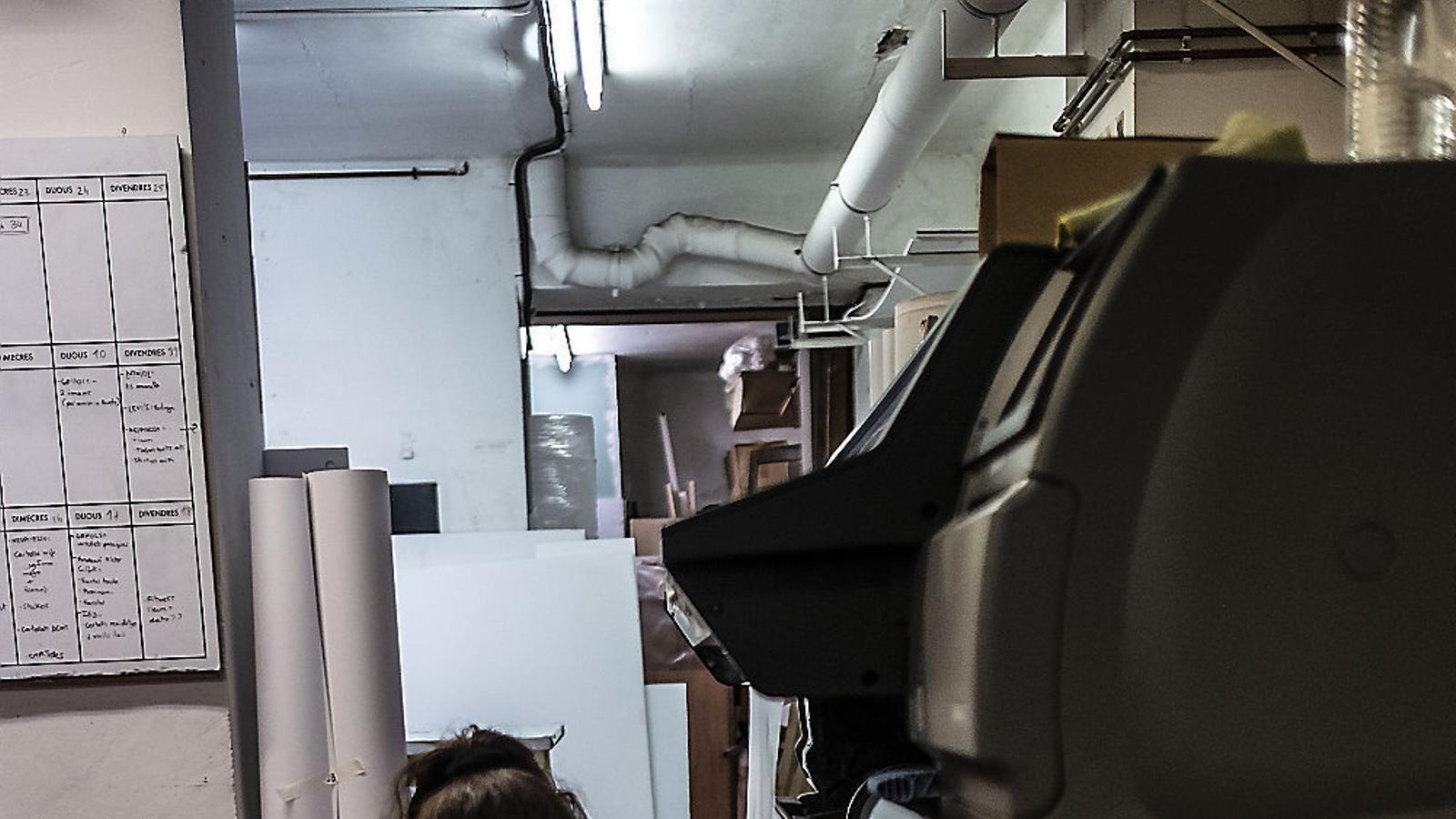 Els empresaris s'enfronten a sancions si no garanteixen que els empleats disposen  de mascareta. A la foto, una treballadora d'un negoci d'impressió digital.