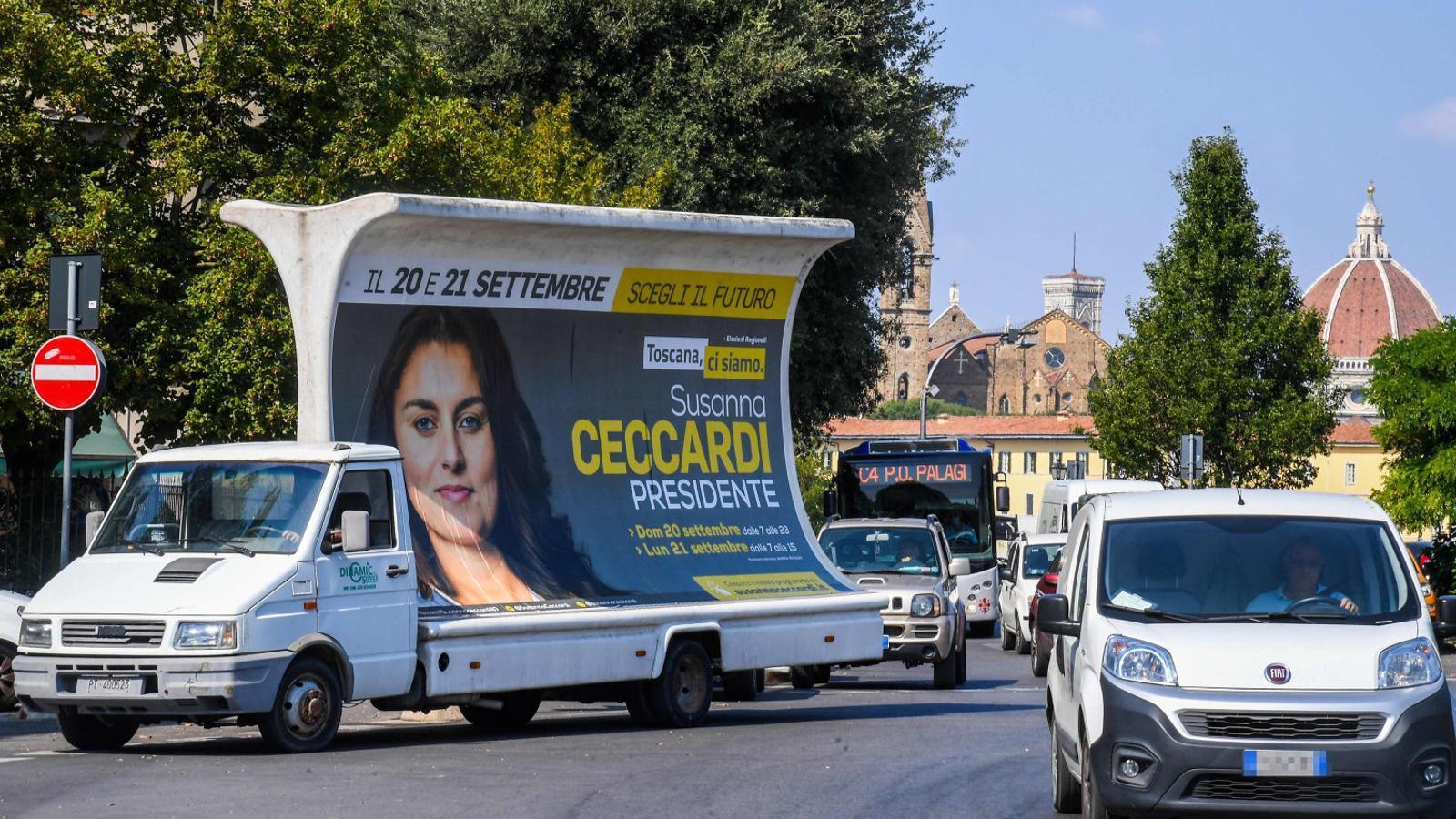 Un vehicle amb un pòster de campanya de   La candidata de la Lliga a la Toscana, Susanna Ceccardi.