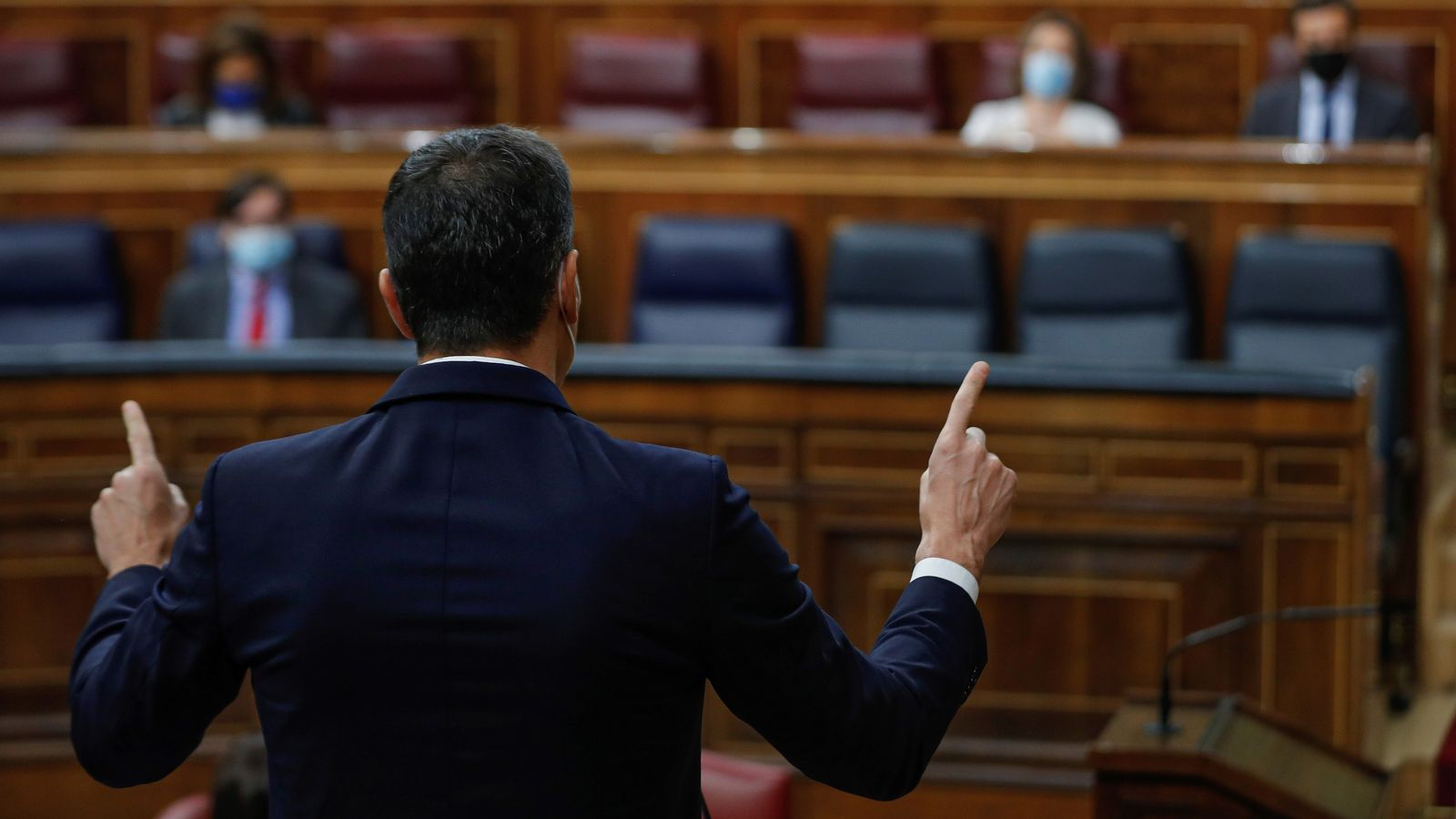 El president del govern espanyol, Pedro Sánchez, dirigint-se al cap de l'oposició, Pablo Casado, durant la sessió de control al Congrés.