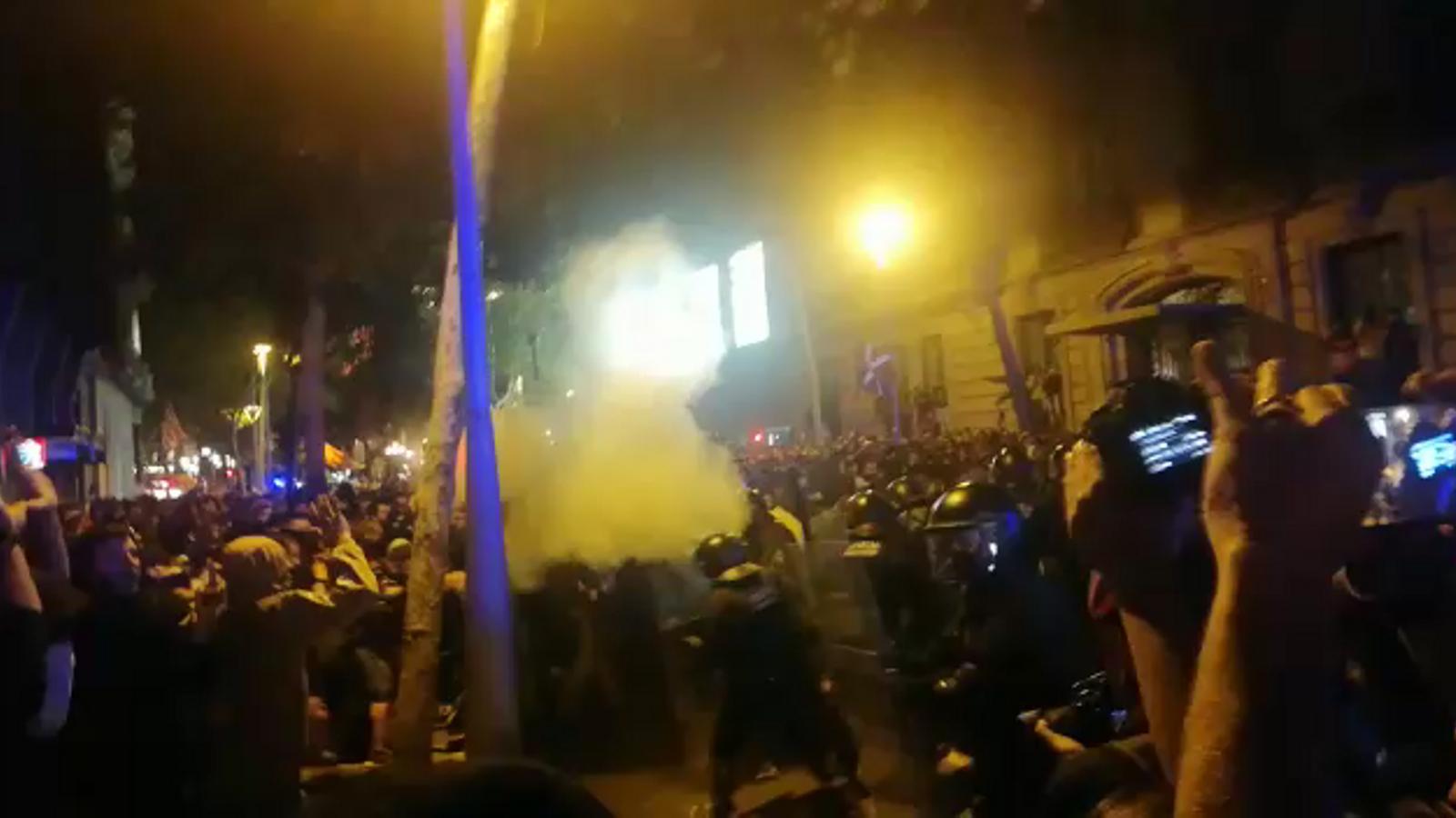 Càrregues policials a la concentració davant la delegació del govern espanyol