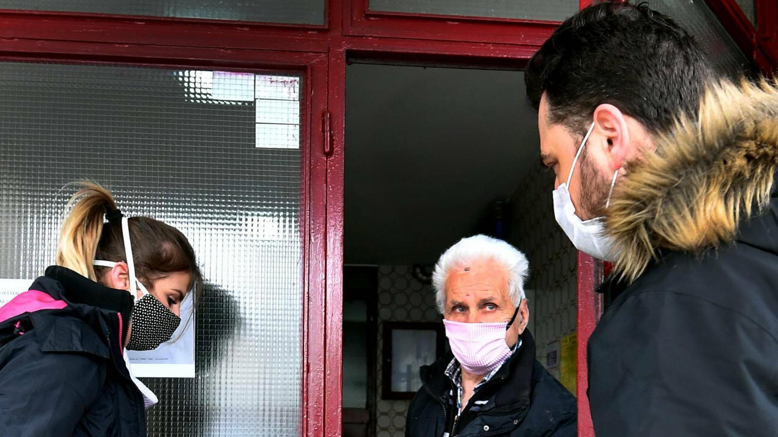 Membres d'una brigada de voluntaris portant menjar a la gent gran a la ciutat de Sarajevo per evitar que es puguin contagiar.