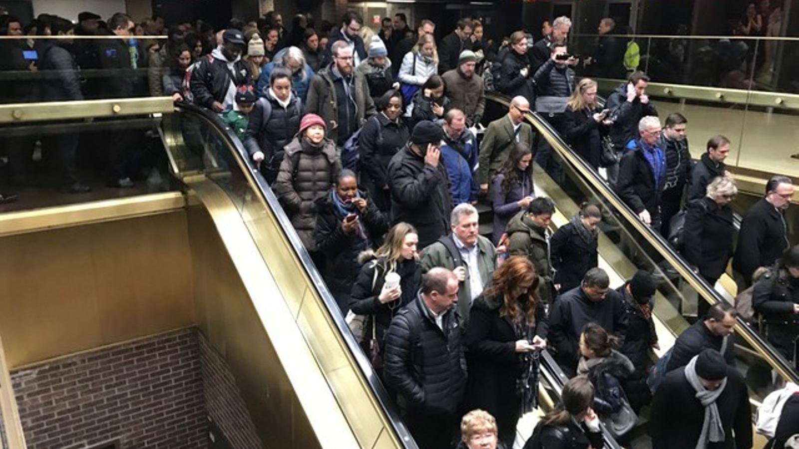 Passatgers de l'estació afectada surten ordenadament després que la policia n'hagi ordenat l'evacuació.