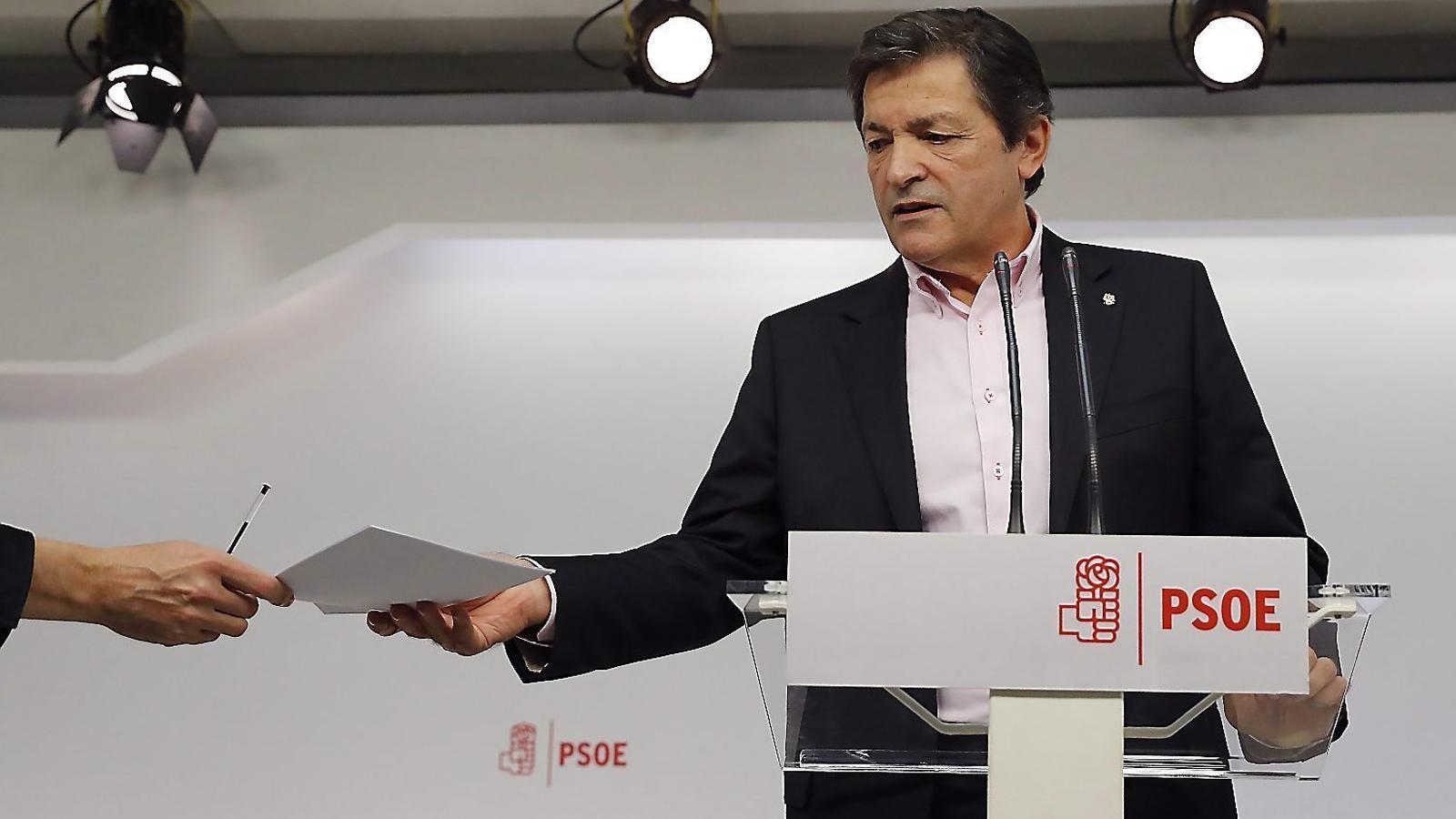 La gestora del PSOE dribla  els crítics i dilata el congrés