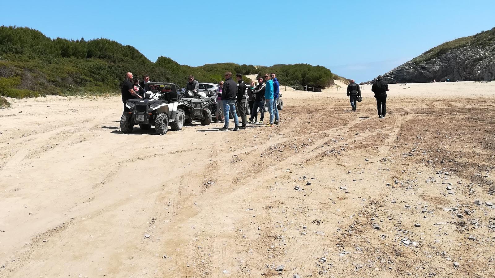 L'Ajuntament vol evitar imatges com aquesta, amb el pas de vehicles per la zona dunar.