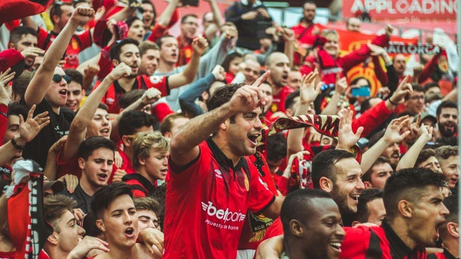 Jugadors del Mallorca enrevoltats d'aficionats aquesta temporada