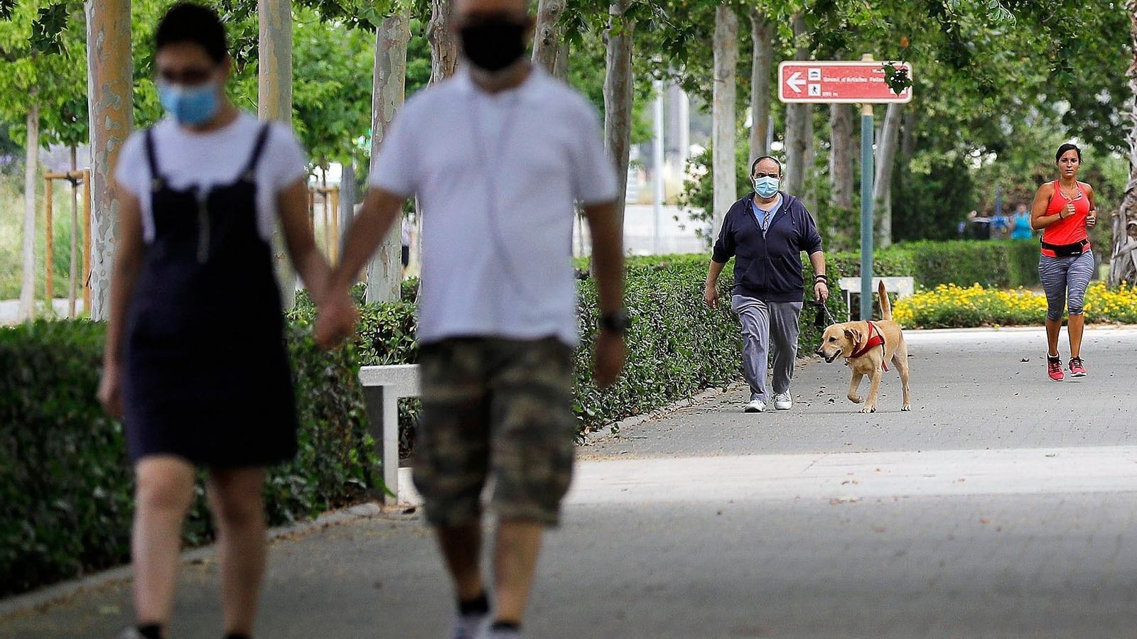 Diverses persones passegen i practiquen esport a València