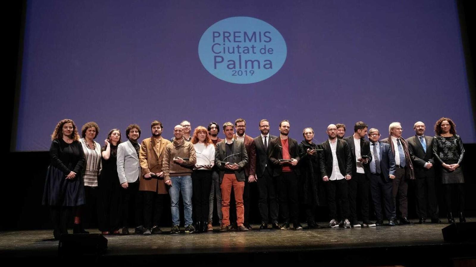 Imatge dels premiats en l'edició del 2019 dels premis Ciutat de Palma amb les autoritats polítiques.