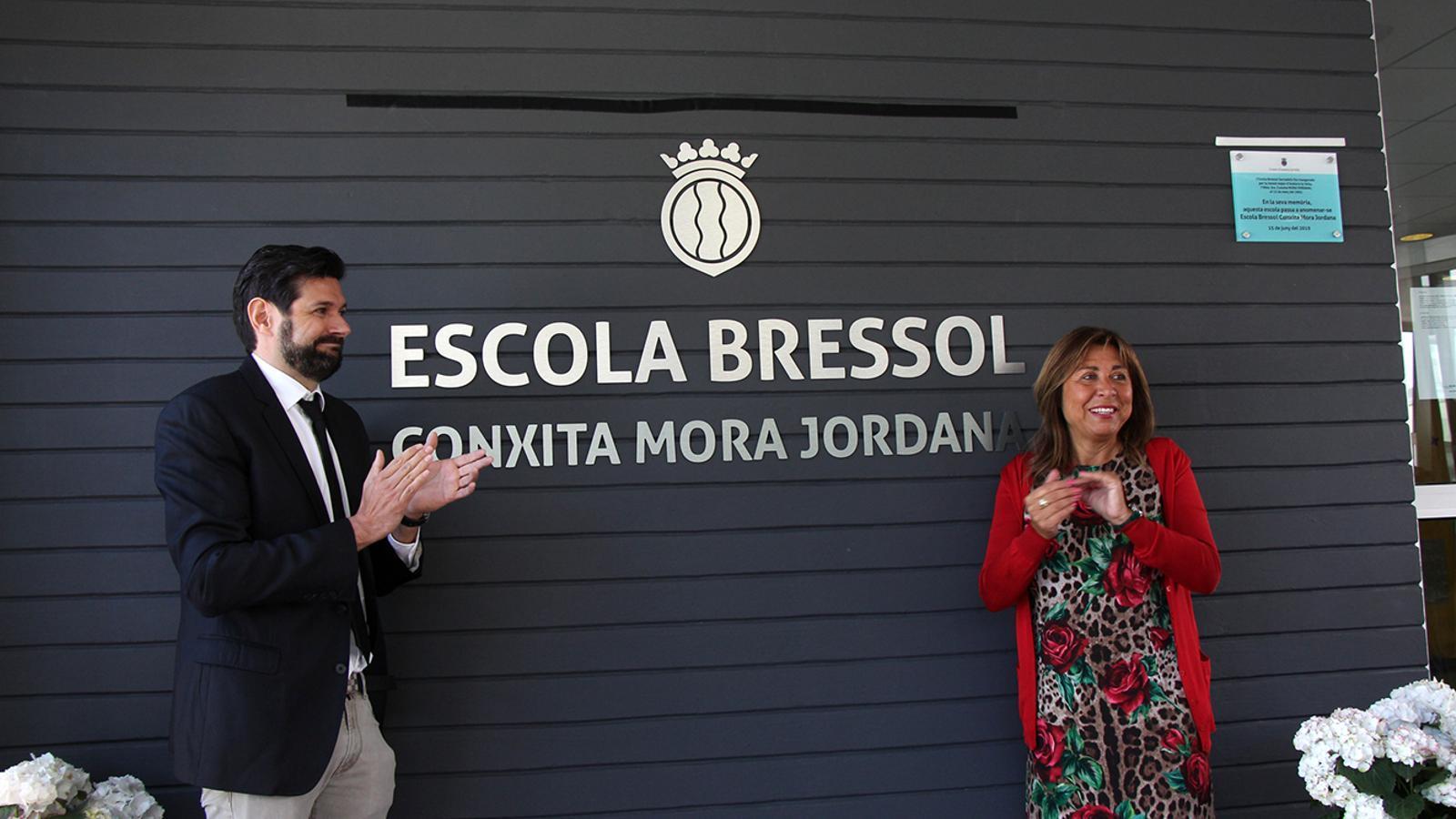 La cònsol major, Conxita Marsol, i el fill de Mora, Ivan Mora, un cop destapat el nou nom de l'escola bressol. / M. M. (ANA)