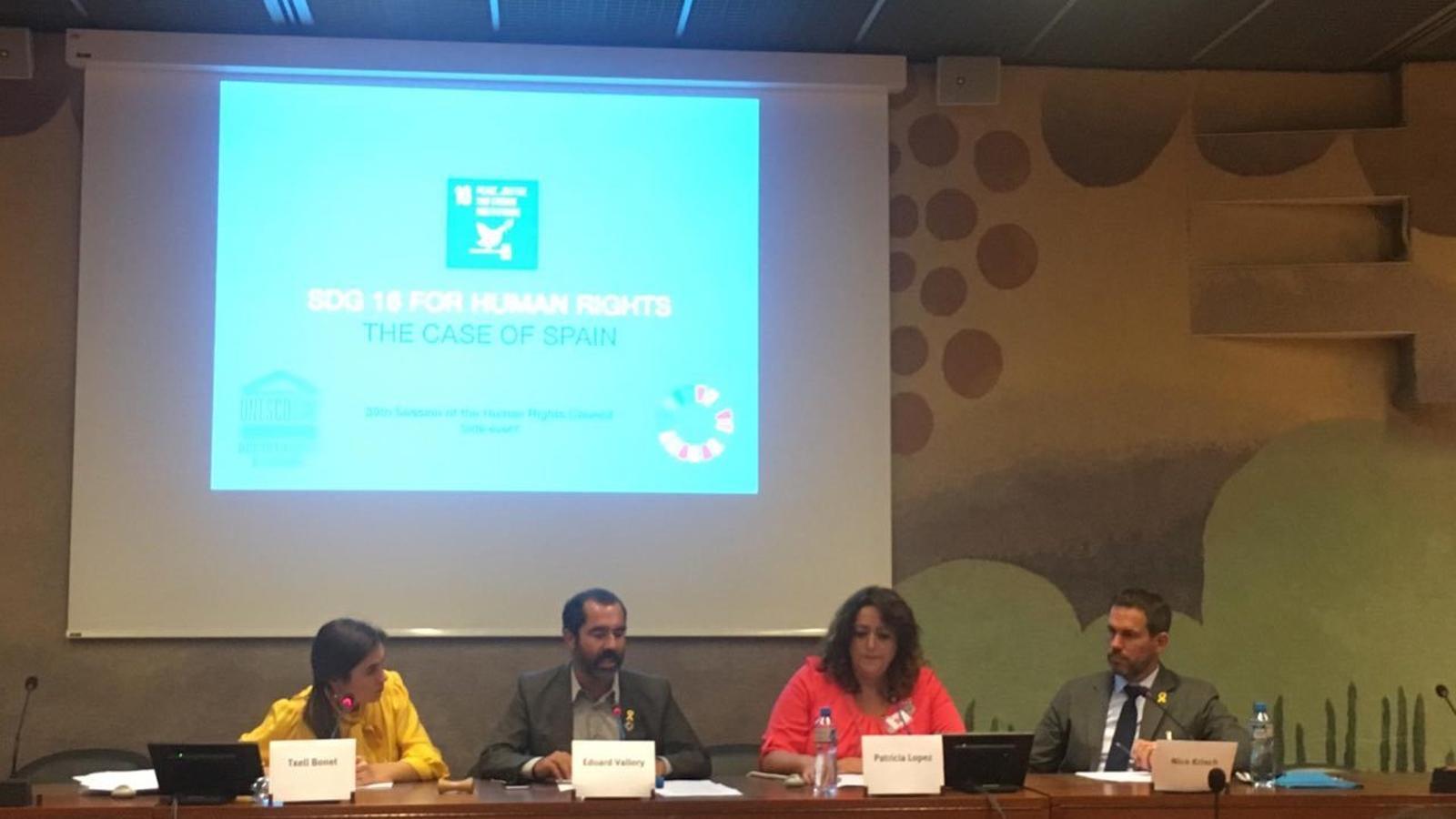 A l'esquerra, la parella de Jordi Cuixart, Txell Bonet, en una conferència davant l'ONU