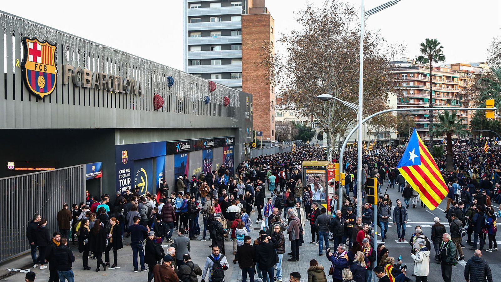 Aficionats a les portes del Camp Nou, en una imatge d'arxiu. Fa mesos que l'estadi té les portes tancades.