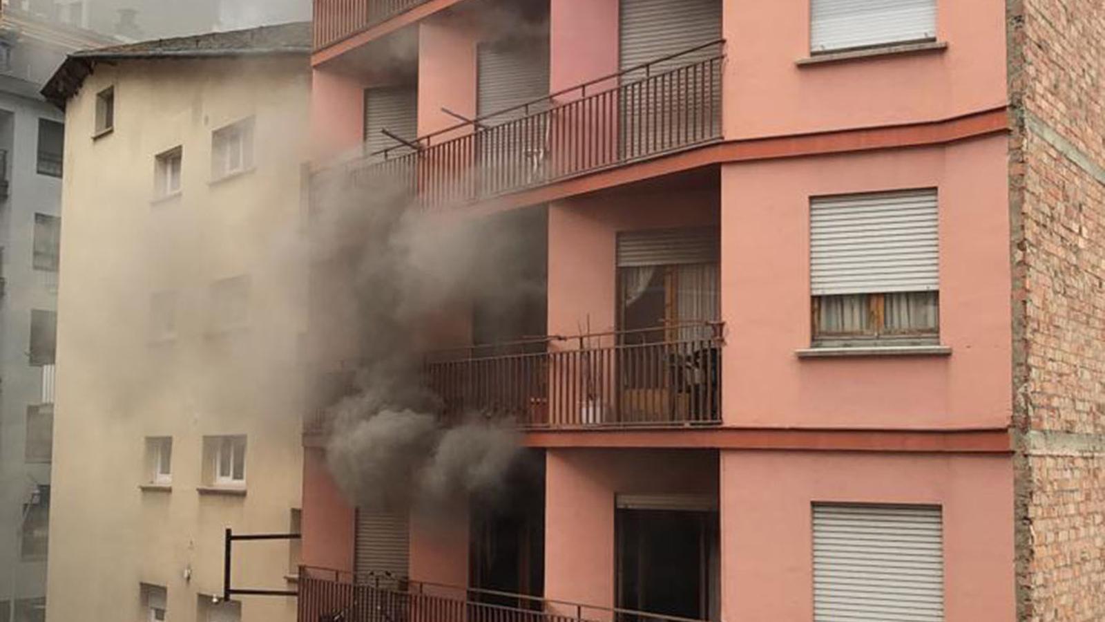 Imatge del fum sortint del pis que s'ha cremat. / ANA