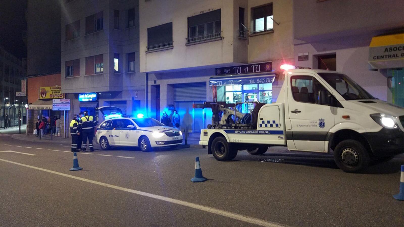 El lloc dels fets amb la dotació policial i el servei de circulació aixecant acte. / M. M. (ANA)