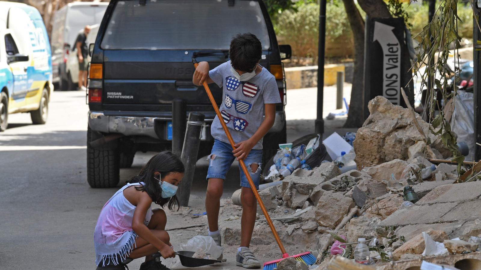 Dos infants escombrant la runa d'un dels barris més afectats per l'explosió a Beirut