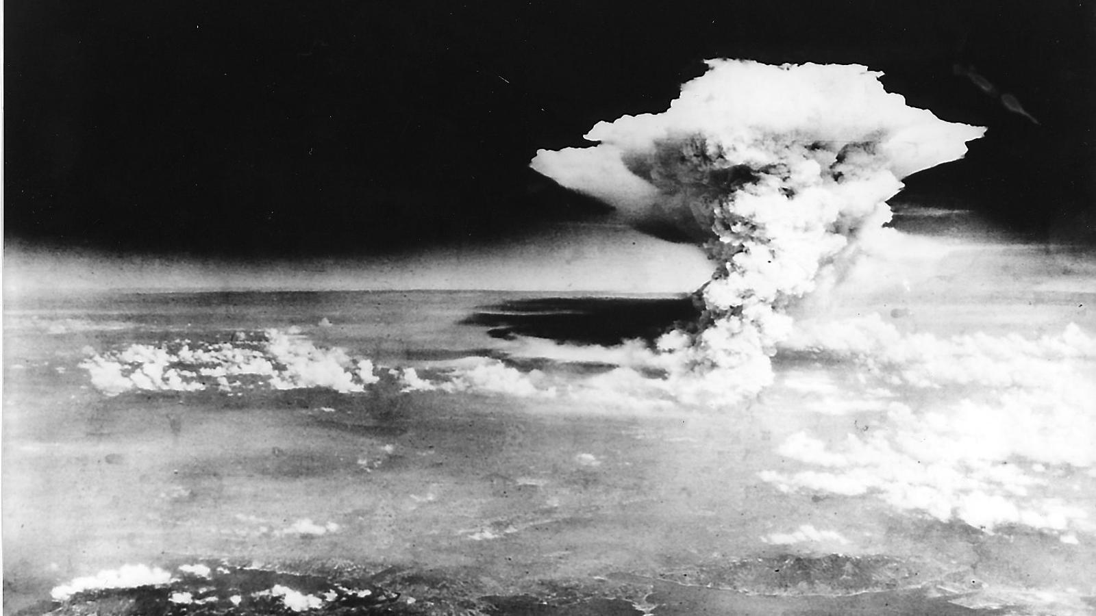 Imatge de l'explosió que va provocar el llançament de la bomba atòmica sobre Hiroshima.