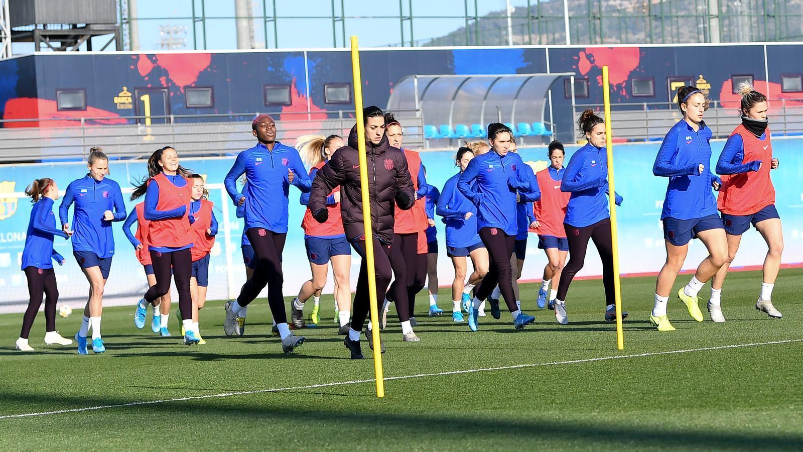 Berta Carles, liderant l'escalfament del Barça
