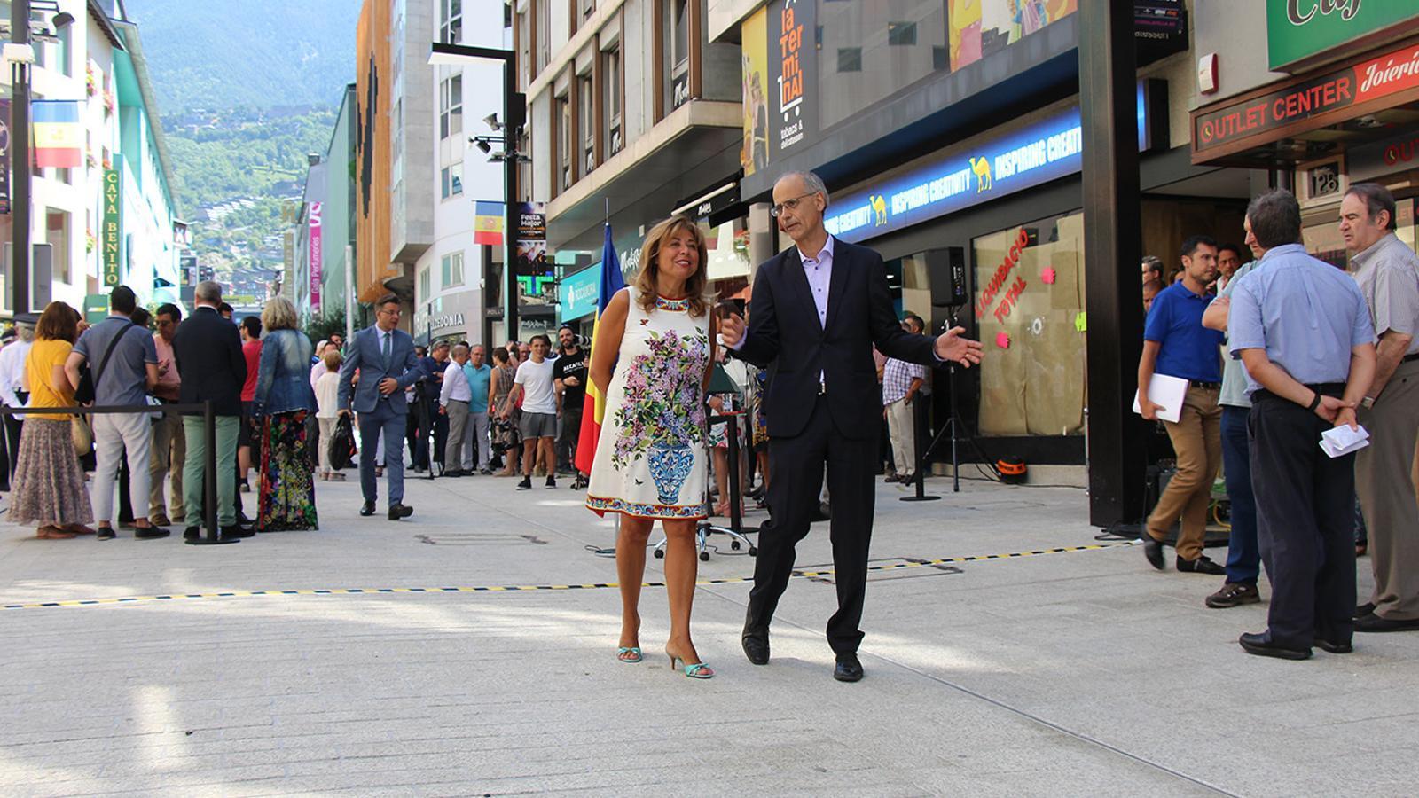La cònsol major d'Andorra la Vella, Conxita Marsol, i el cap de Govern, Toni Martí, passegen per la remodelada avinguda Meritxell. / M. F.