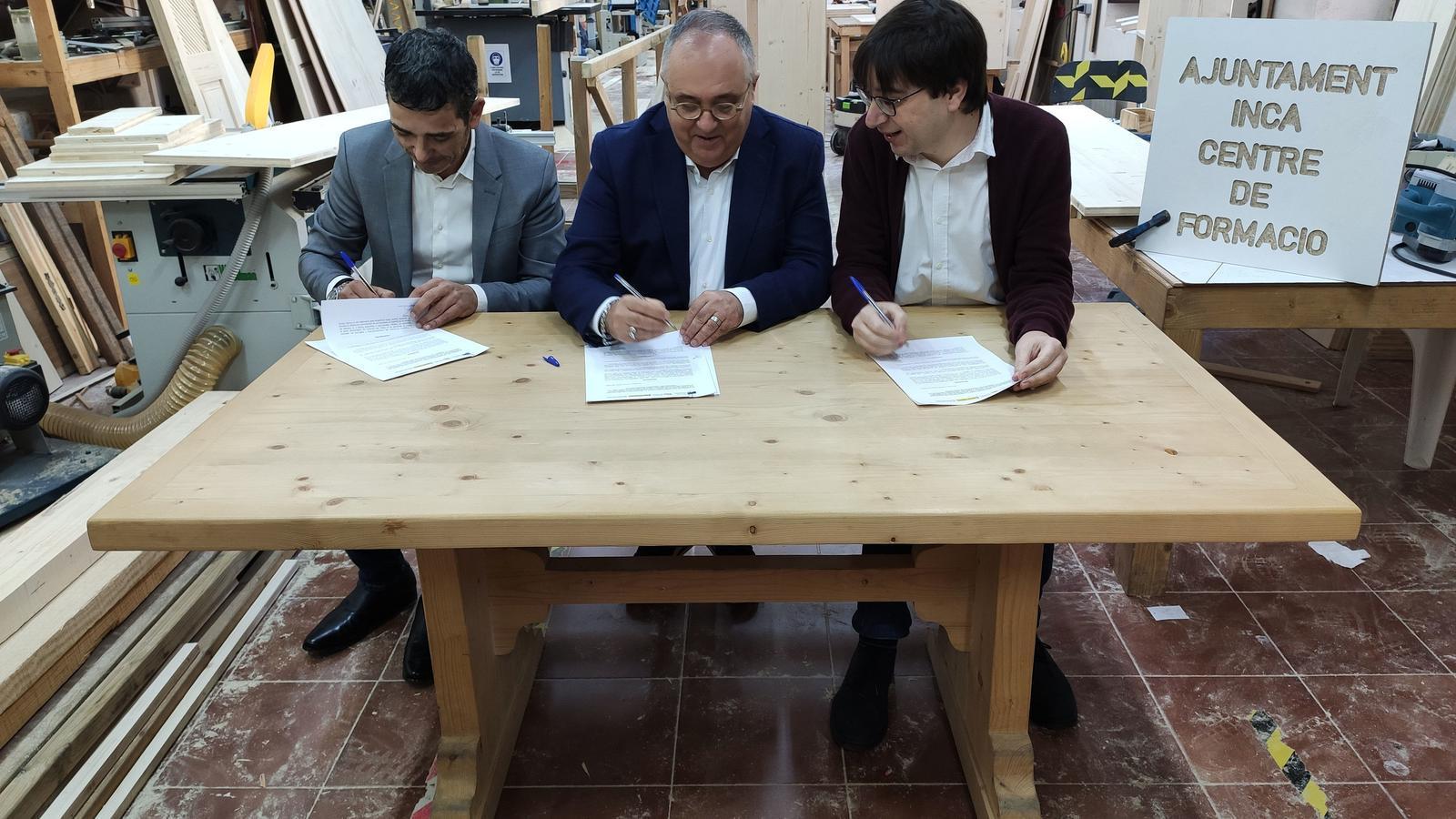 Moment de la signatura del conveni de formació.
