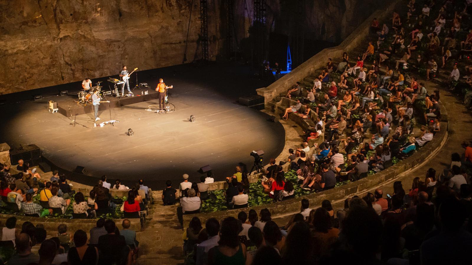 El Teatre Grec durant el concert del grup Manel.