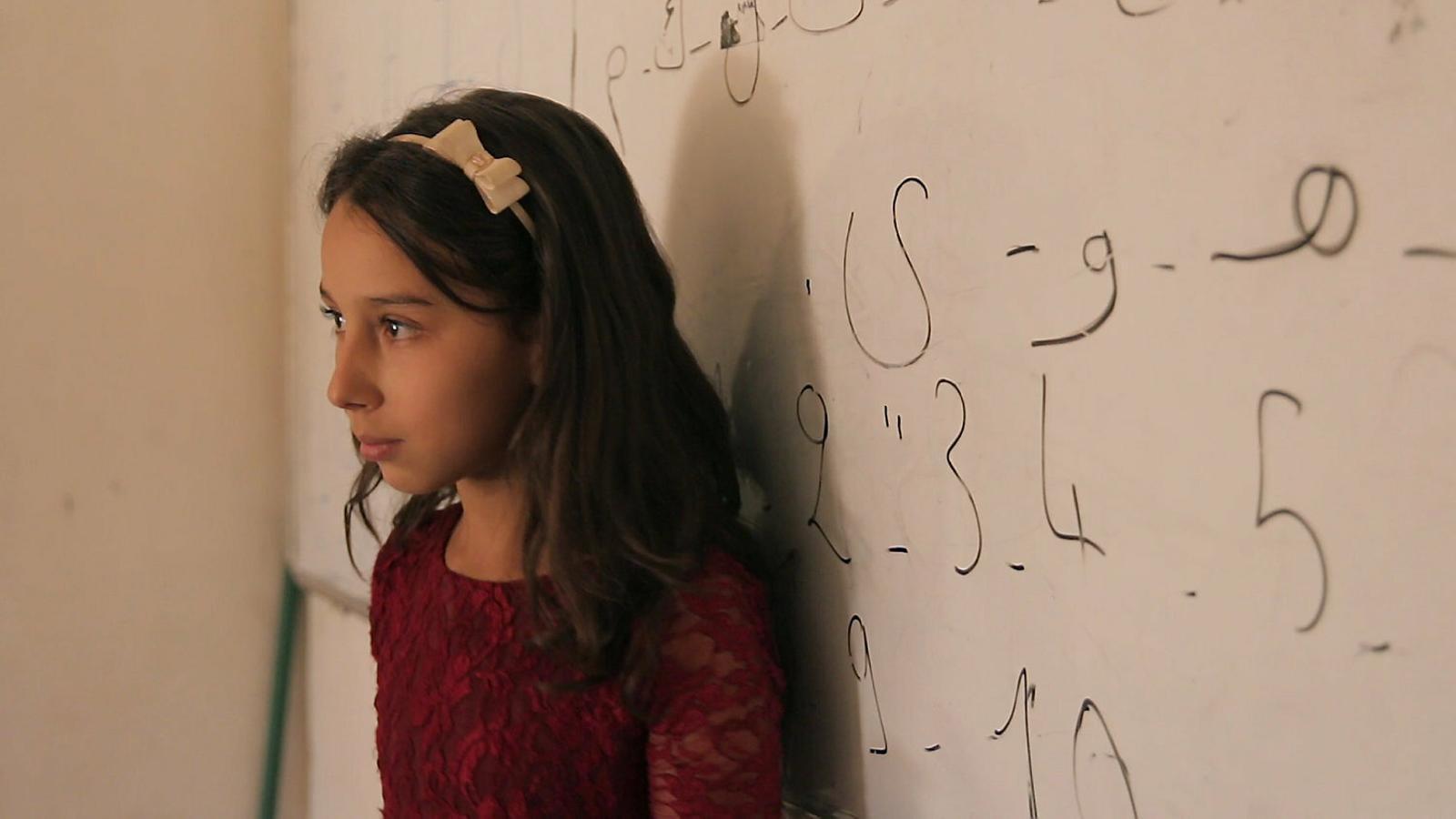Una nena en una classe de llengua amaziga.