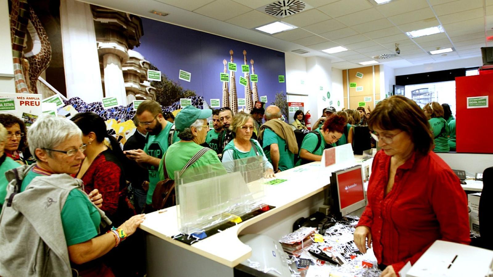 La pah ocupa una sucursal del banco santander a barcelona for Banco santander sucursales barcelona