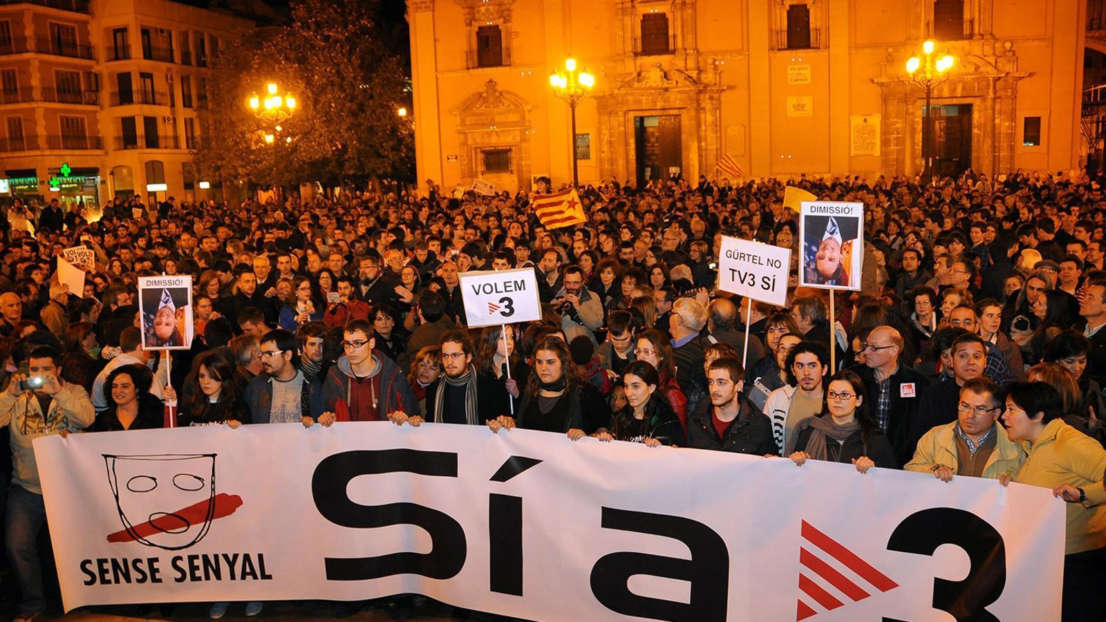 Imatge de la manifestació de l'any 2011 contra el tancament dels repetidors que permetien veure TV3 al País Valencià