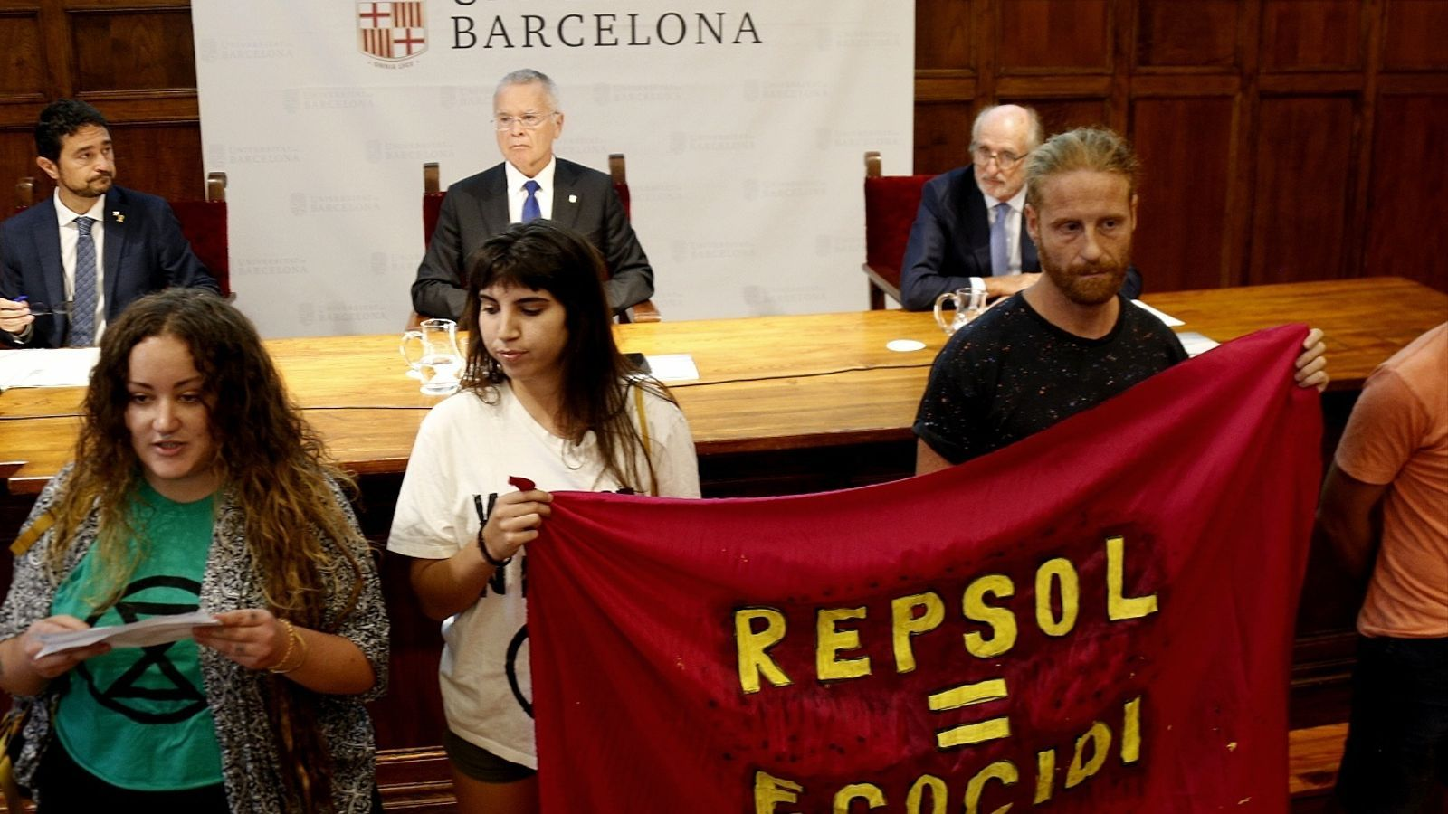 Protesta dels activistes a l'inici de l'acte al rectorat de la UB.