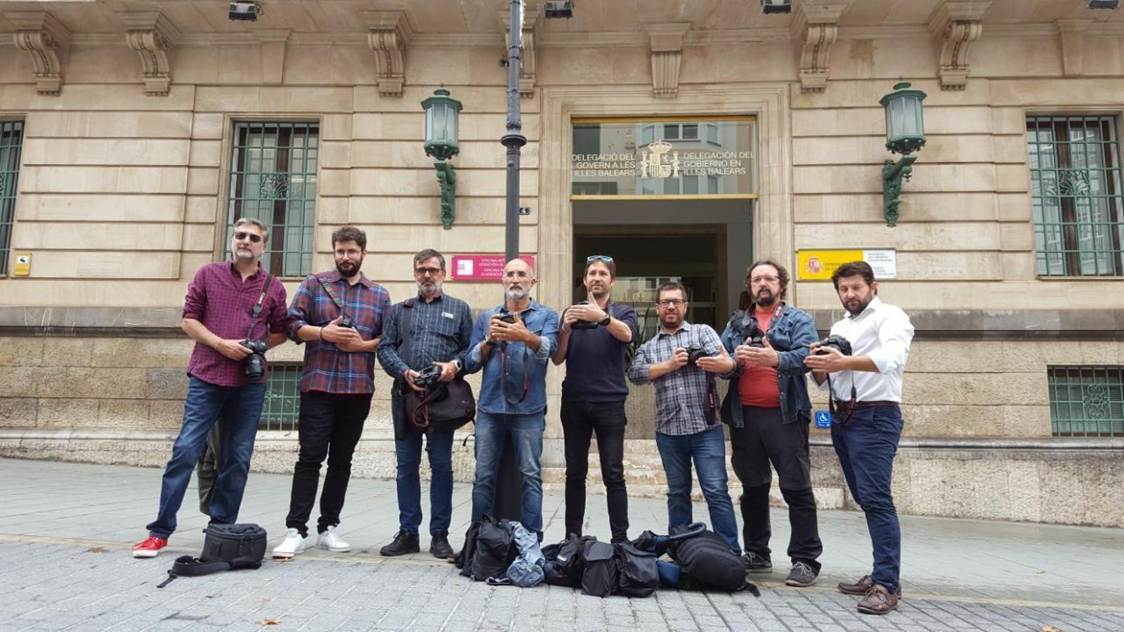 Fotoperiodistes de Mallorca davant de Delegació de Govern en un acte de solidaritat amb els seus companys catalans